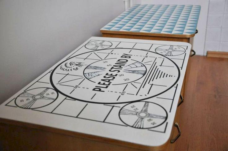 stare szafki nocne z ręcznie malowanym blatem, drewno oczyszczone, woskowane http://dwiebaby.pl/zrealizowane-projekty/