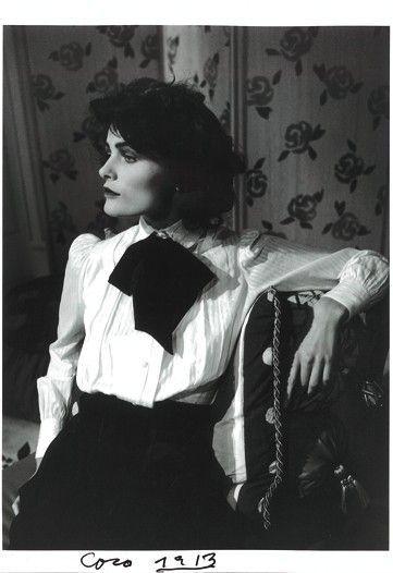Coco Chanel, no solo revolucionó el mundo del diseño, sino que cambió la apariencia de la mujer y sentó las bases de la costura moderna. La moda para Chanel era creación y arte y supo defender una nueva concepción del diseño femenino y de la mujer libre. En  Paris, 1913.