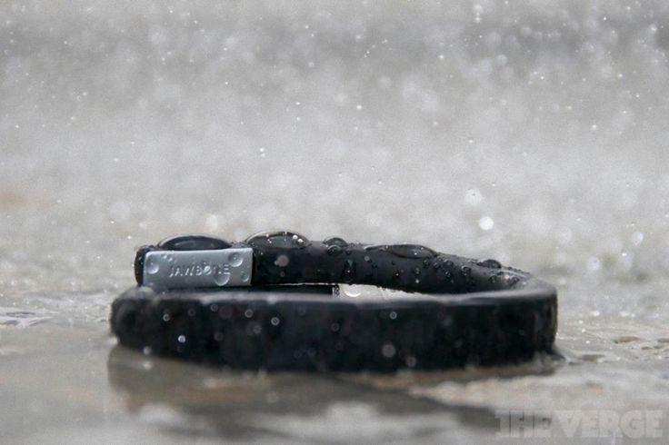 A Pulseira UP Ônix Média Jawbone trabalha em conjunto com a aplicação de fitness UP usando a tecnologia Bluetooth e é o aliado para uma vida saudável. Presentes  http://4macho.com/presente-para-namorado-pulseira-up-onix-media-jawbone-presente-para-namorado/