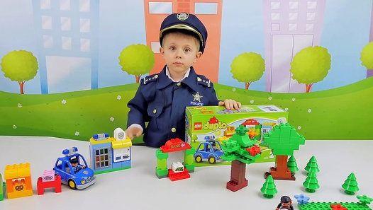 Полицейский набор Lego Duolo для детей во время игры с которым Даник и его папа покажут ребятам поучительную историю про мальчика Колю, который попал под дурное влияние своих так называемых друзей и украл в продуктовом магазине торт, чтобы доказать им свою дружбу. Это видео для детей поможет нашим маленьким зрителям лучше понять, что важно в отношениях со сверстниками иметь своё личное мнение, а ещё помнить о важных принципам родительского воспитания.