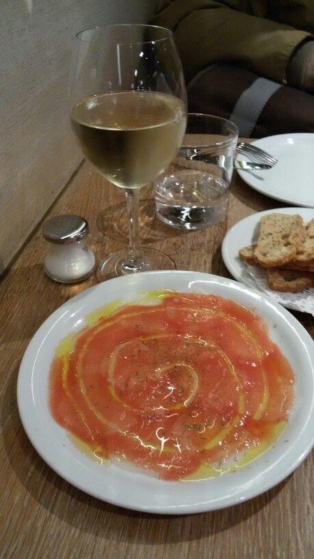Carpaccio di pesce spada condito con pomodoro e olio. Servito da Paco Meralgo a Barcellona.