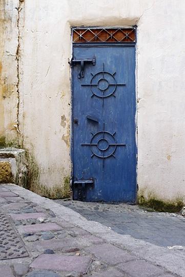 Africa | Tangiers blue door, Morocco | © Gabriel Openshaw