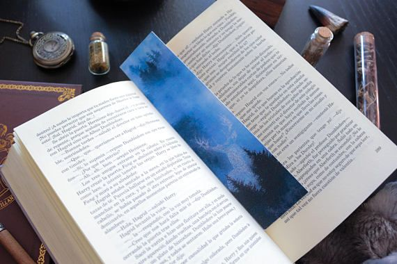 Its everyones favorite book, and that is why we had to make a Deluxe bookmark collection inspired in Hogwarts and all the magic that surrounds the castle and its students. Harry Potters patronus, the deer, is majestically captured in this printed bookmark.  The size of this bookmark is 4.8x21 cm approximately. It is printed and it doesnt come laminated. You can choose between two different papers: +The soft classic paper used in bookmarks (300 gram thick) +Watercolor paper, which gives the…