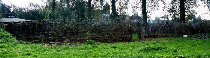 Het verborgen paradijs  De tuinen van community de Vlierhof uitgemest  Sinds deze zomer ben ik betrokken bij community De Vlierhof in Keeken, Duitsland. Bij deze community hoort een grote tuin, die voor het leeuwendeel verwilderd was. De afgelopen maanden zijn de bewoners met een flink aantal vrijwilligers aan de slag gegaan om de in het grijze verleden aangelegde moestuinen en perken terug te vinden en bij te werken. Er kwamen mooie juweeltjes tevoorschijn.
