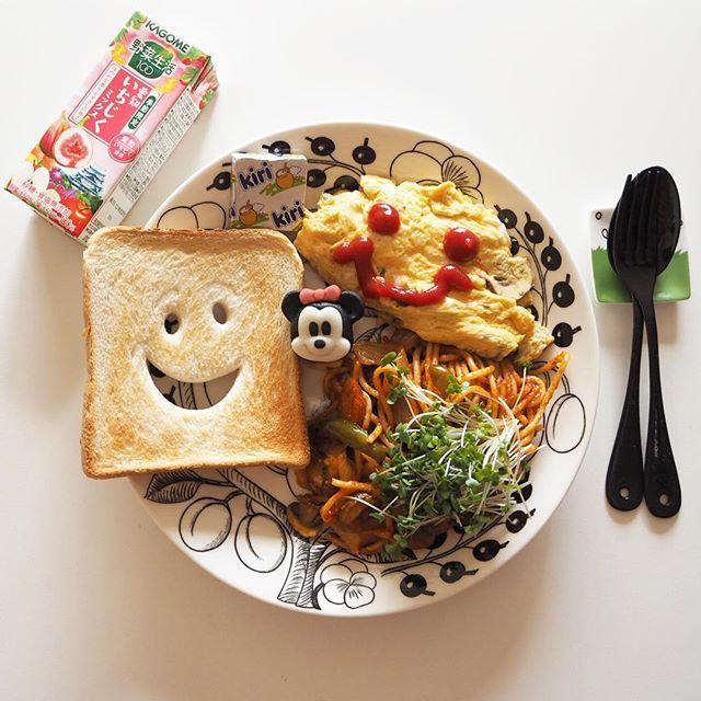 #breakfast * * * とってもいい食感のマッシュルームでオムレツ作ったけど〜チーズ入れ忘れ…悲しすぎる( ༎ຶŎ༎ຶ ) こんな時に限って粉チーズは切らしてるし 自分を恨みたい(食べ物の恨み) いい年越せない(チーズぐらいで) もう呑みたい。そこか。それだ。完結。 * * * #朝ごはん#朝食#ワンプレート#ワンプレート朝ごはん#ワンプレートごはん#暮らし#日々#オムレツ#あさごぱん#ナポリタン#北欧#北欧食器#うつわ#器#ブラパラ#ブラックパラティッシ#ミニー#和菓子#おうちごはん#おうちカフェ#onthetable#japan#japanesefood#japanesestyle