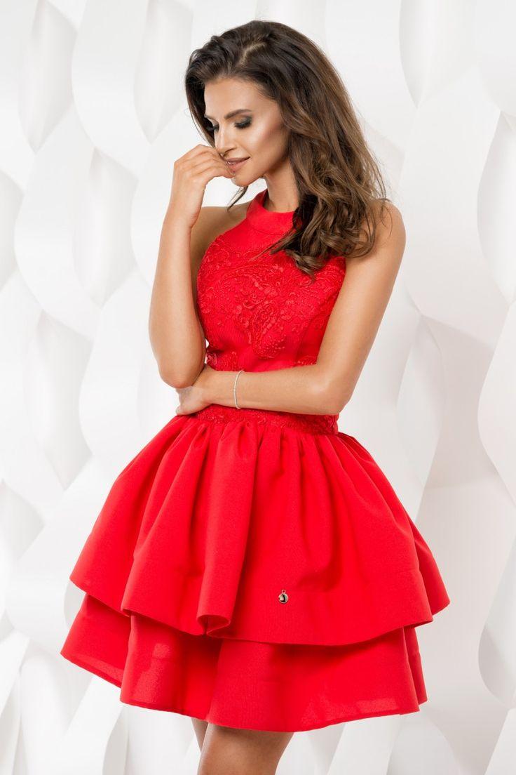 Piękna, wizytowa, czerwona sukienka z odsłoniętymi ramionami.