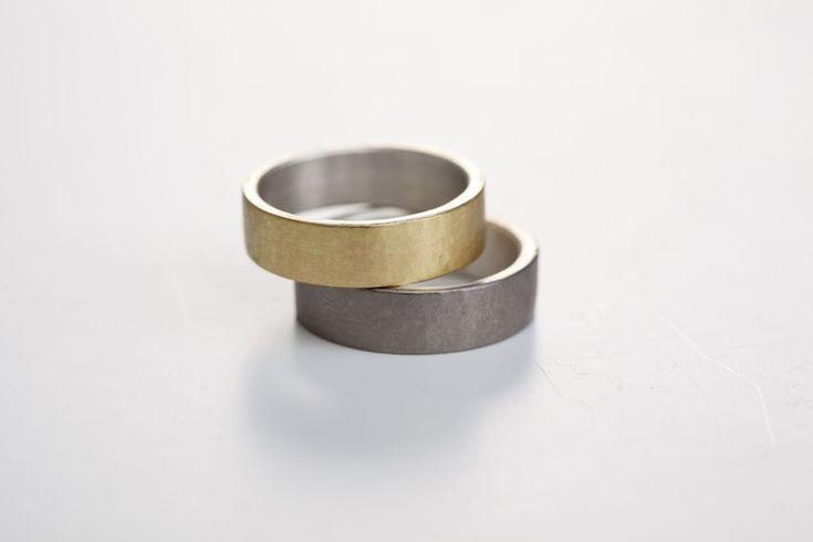 Dies sind schlichte Trauringe/Bandringe. Der Innenring besteht aus Silber und ist belötet mit Gold750(18 karat) und beim anderen belötet mit Palladium