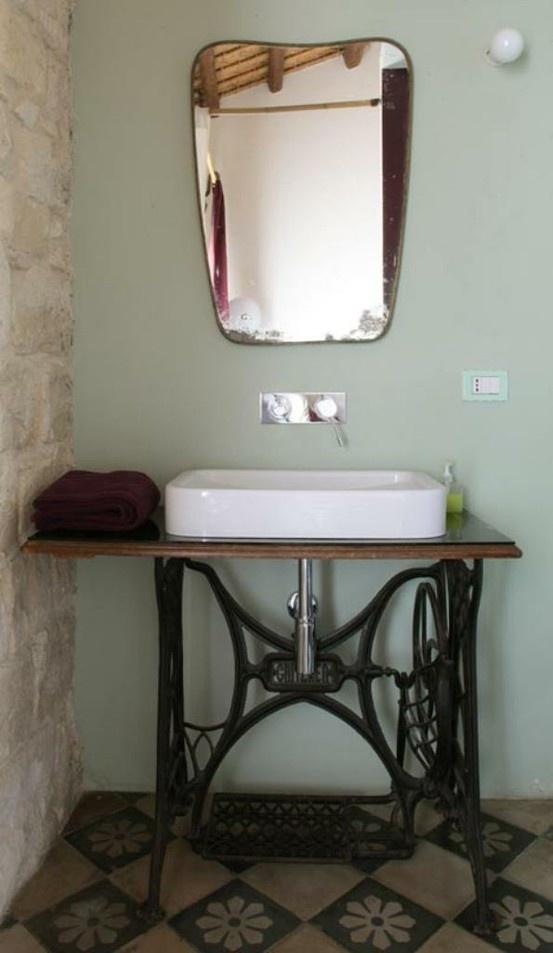 Tafel van antieke naaimachine als onderstel voor wasbak!