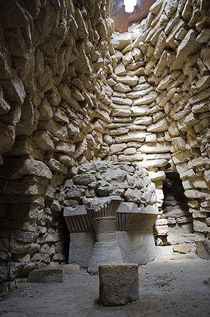 Nuraghe Su Mulinu - Villanovafranca.  La particolare copertura della camera che custodisce l'altare vasca