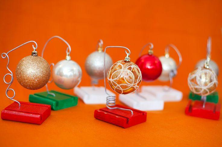 Suport cu glob. Nuc, recuperat de la mobila, diferite culori si modele. Sarma otelita. Inaltime: 17 cm. pret: 15 lei. Idea, handpainted, handmade, wood, wood crafts, reclaimed, diy, decor, diyromania, shabby chic, Christmas, decorations.