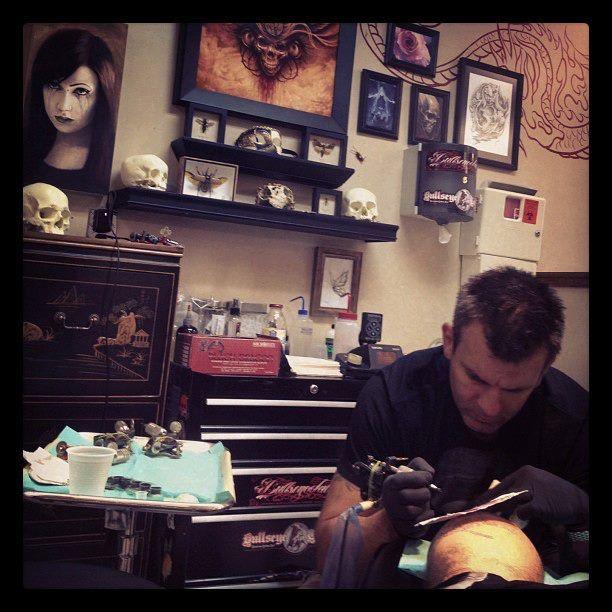 """""""Inkmaster"""" Season 1 winner Shane O'neill tattooing Victor Modafferi"""