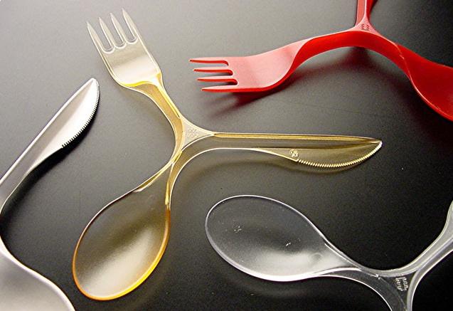 Posate, realizzate da Kazuyo Komoda per Pandora Design nel 2004. Permette di aver a disposizione forchetta, coltello e cucchiaio. Realizzate in plastica.