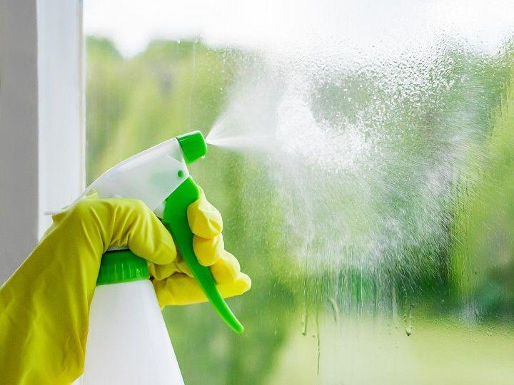 Limpia Los Cristales De Las Ventanas Con Esta Solución Económica En 2021 Como Limpiar Vidrios Limpieza De Cristales Limpieza De Vidrios