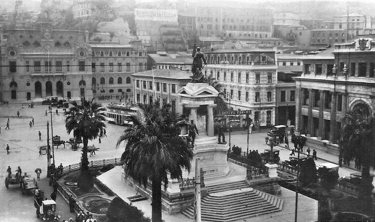Panorámica Plaza Sotomayor de Valparaiso en el año 1930. @IPerezTuesta @EnTerrenoChile pic.twitter.com/hRnTJb79ja