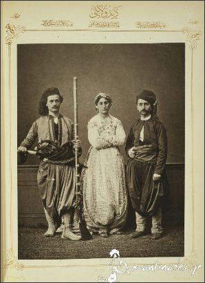 Η μουσουλμάνα νύφη και οι χριστιανοί Κρητικοί, στην Κρήτη του 1873! –αριστερά είναι ένας χριστιανός αστός (μεσαίας τάξης άνδρας), στη μέση μια μουσουλμάνα νύφη και δεξιά ένας χριστιανός ιππέας. Φωτογράφος: Pascal Sebah, Κωνσταντινούπολη.                http://blog.mantinades.gr