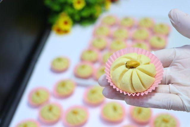 حلوة الوردة فخمة راقية ولذيذة جدا بمكونات بسيطة ومتوفرة في كل بيت الغريبة الشامية بتدوب في الفم بدون قالب حلويات العيد 2020 مع رباح Mini Cupcakes Food Desserts