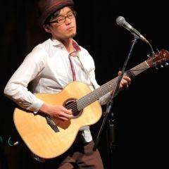 Shohei Toyoda and his custom Lichty Guitar, image courtesy Acoustic Guitar World Magazine