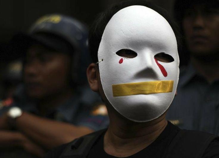 Manifestante protesta na cidade de Quezon, nas Filipinas, contra lei aprovada pelo governo que previne ataques cibernéticos, como a pirataria digital e a pornografia - http://epoca.globo.com/tempo/fotos/2014/02/fotos-do-dia-25-de-fevereiro-de-2014.html (Foto: EFE/Francis R. Malasig)