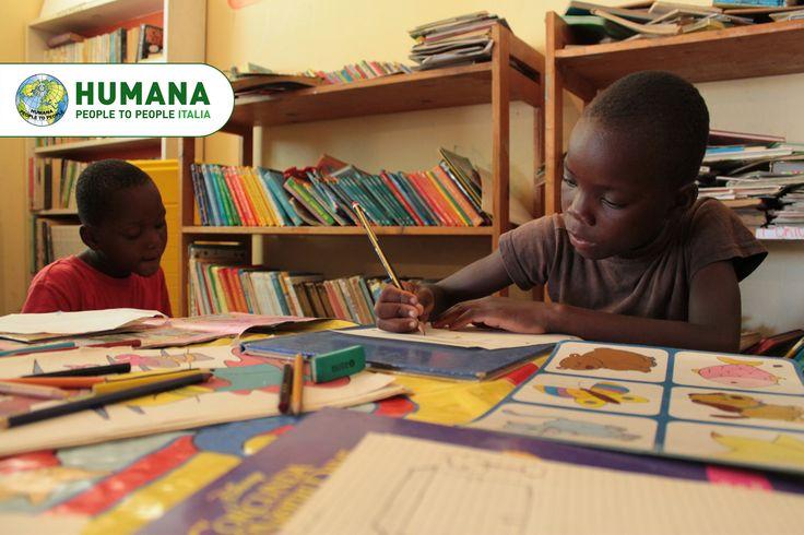Una biblioteca per i bimbi di #Maputo! Il Centro di Accoglienza di HUMANA in Mozambico ha riorganizzato la propria biblioteca, per renderla sempre più efficiente e accessibile a tutti i bambini ospiti del Centro, o che lì vi studiano...  #sostegnoadistanza #SAD #sostegno #charity #children #books #africa #mozambique