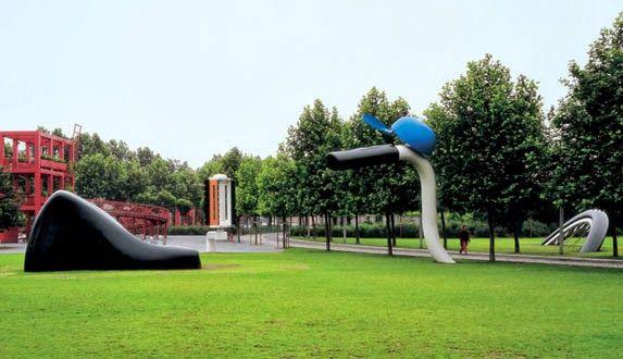 Claes Oldenburgh, La bicyclette ensevelie, Parc de la villette, 1990