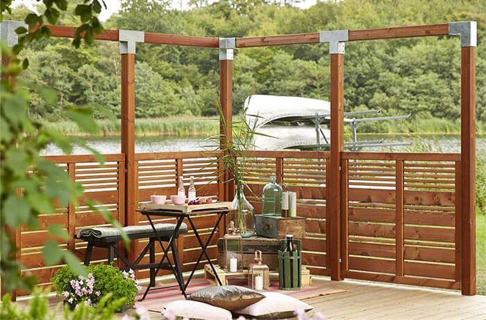 Je laat je #terras natuurlijk niet zomaar zonder #decoraties. Daarom kies je voor verschillende interessante #decoraties die #sfeer en #kleur brengen. Je kunt bijvoorbeeld prachtige #lantaarns neerzetten. Rond #kerst is een verlichte #kerstboom prachtig. En in het #voorjaar zijn #tuinfakkels een mooi idee. Elk #seizoen heeft zijn eigen #decoraties die ook het terras gezellig maken