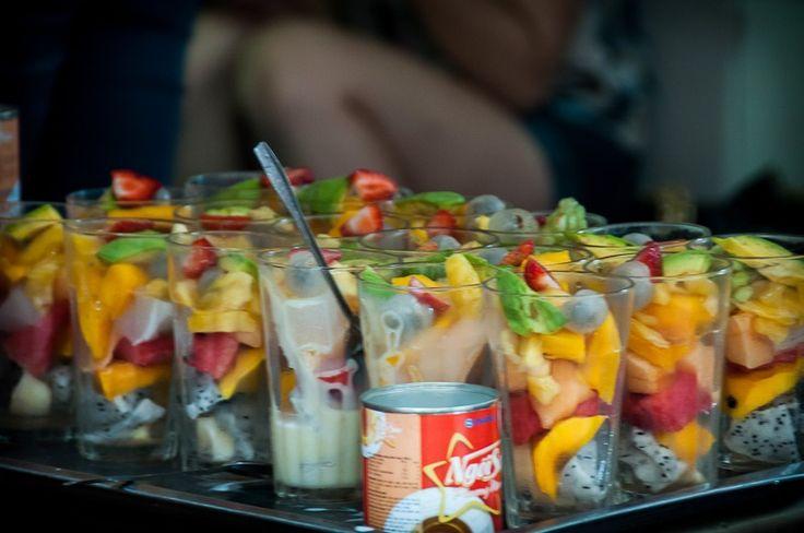 Фрукты в жару прекрасно утоляют жажду и голод. Кроме этих прекрасных свойств, снабжают вас огромным количеством витаминов, так что не ленитесь чистить и резать фруктовые салаты.