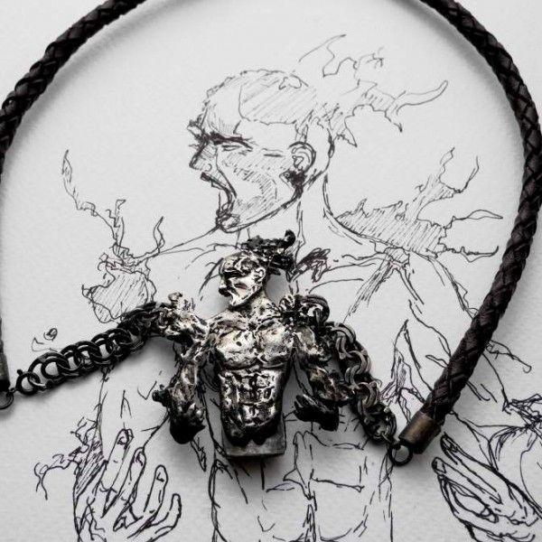 Prometeusz srebrny naszyjnik z pendrivem by Iwona Tamborska. Naszyjnik przedstawia mężczyznę pełnego frustracji, wściekłości, bólu, wręcz rozrywających go od wewnątrz. Dlatego jego postać jest chropowata, rozmyta, z rozerwanymi fragmentami. Naszyjnik jednocześnie pełni funkcję opakowania na pendrive, który jest ukryty z tyłu.