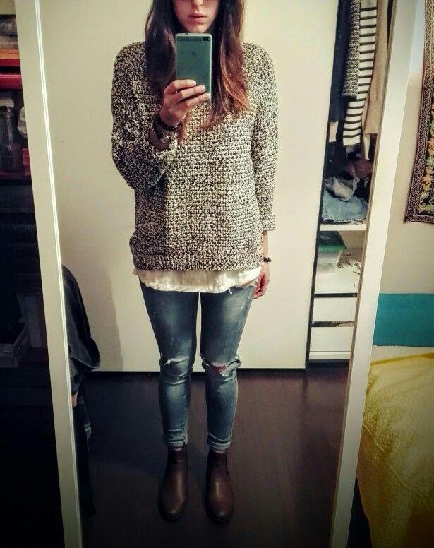Maglione b&w: H&M  T-shirt bianca: Decathlon Jeans: Bershka Stivaletti marroni: H&M #casual #lavoro