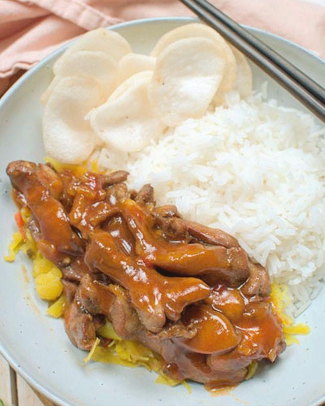 Deze ajam pangang met atjar en rijst is om je vingers bij af te likken. Makkelijk om te maken en klaar in een half uurtje.