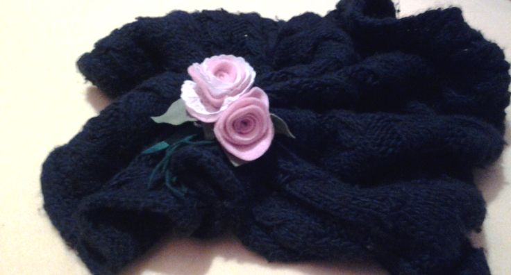 A brooch with delicate roses of felt and lace for your scarf or cap shoulder !!