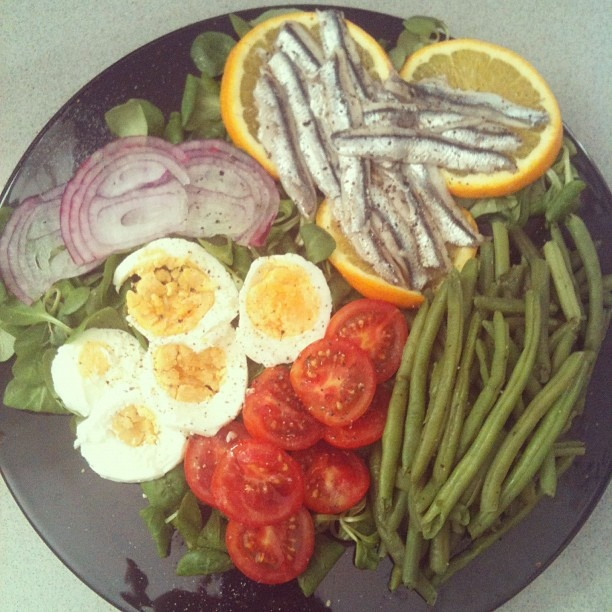 Nicoise salad: boiled egg, cherry tomatoes, red onion, string beans ...
