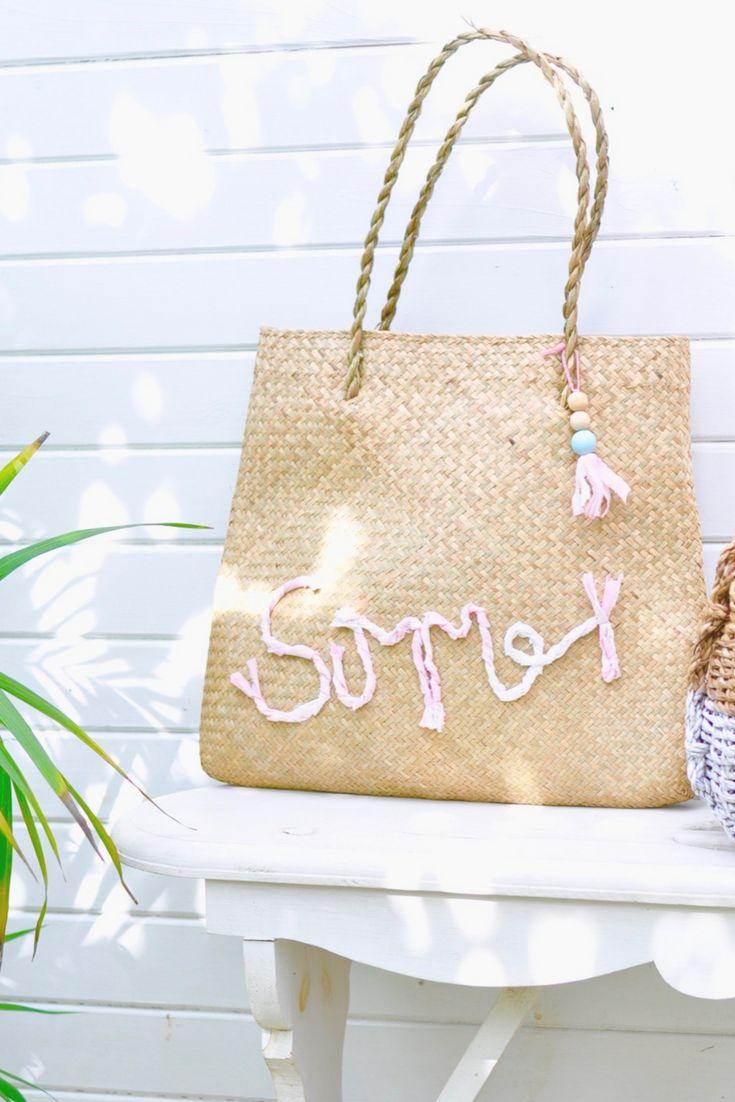 DIY: Mit dieser Strandtasche kommt der Sommer bestimmt. Der perfekte Begleiter für Mallorca & Co. Wir zeigen euch , wie ihr mit Stoff einen tollen Schriftzug auf eine  Korbtasche lettern könnt. Anleitung auf Craftyneighboursclub Beach bag DIY