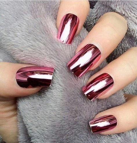 Amamos los metalizados tipo espejo en diseños de uñas para novias. Especialmente este rojo metalizado.