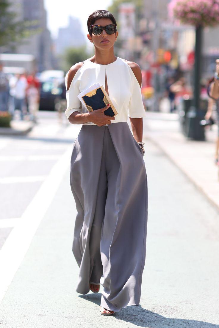 Punta tutto sulla tuta pantalone anche in versione cerimonia. Questa ci piace in particolare per l'abbinamento bianco e grigio e la preziosità del tessuto.  Se opti per una soluzione come questa non sovraccaricare con accessori troppo pesanti.  -cosmopolitan.it