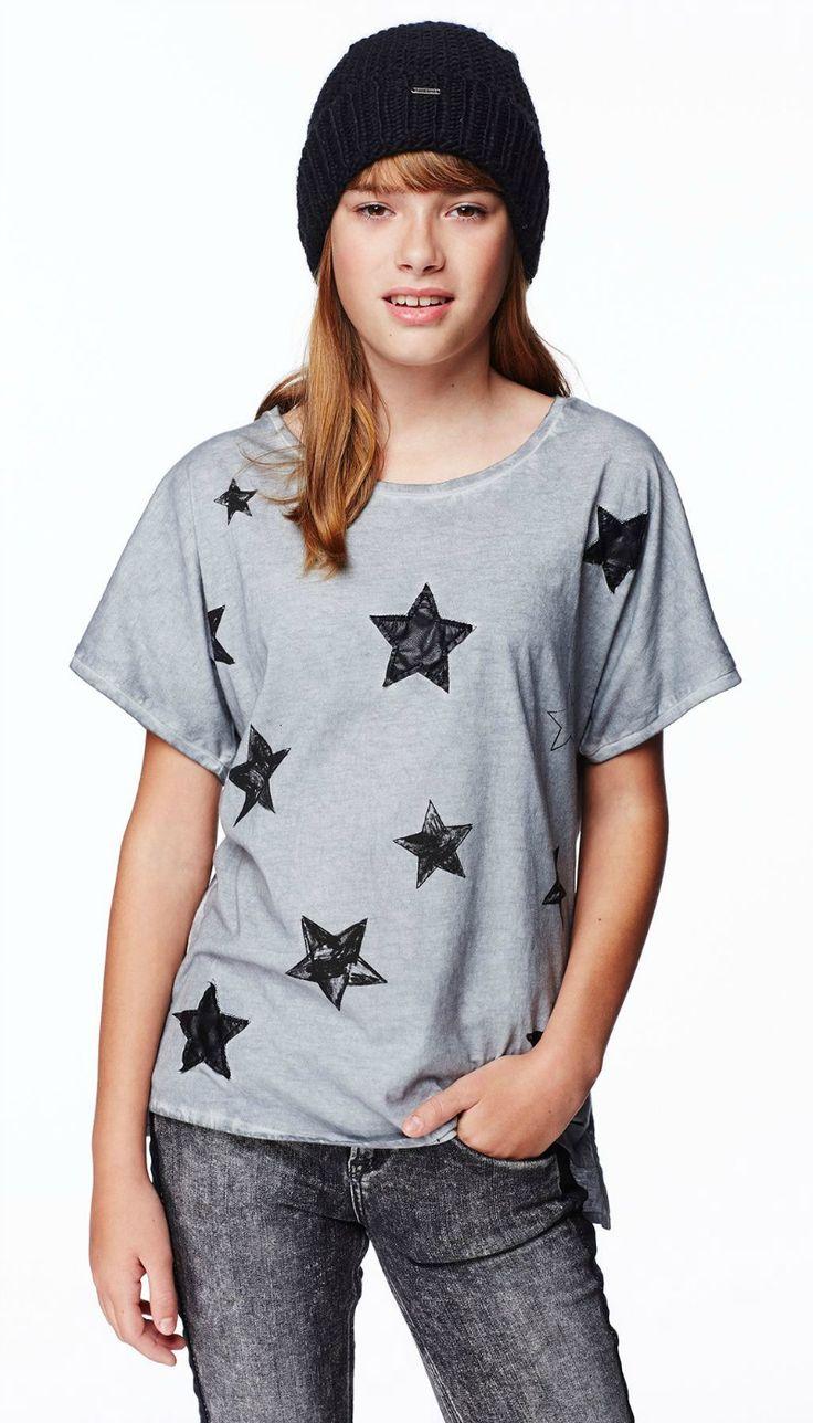 MAGLIETTA PEPE JEANS JUNIOR, #Maglietta per #bambinea e per #ragazze di Pepe Jeans #Junior di colore grigio con effetto #vintage e stampa a stelle sul davanti, girocollo, manica lunga, piccola targhetta in metallo con logo. #pepejeans  #pepejeanskids  #pepejeansjunior  #pepejeansbimbi  #pepejeansbambini http://www.abbigliamento-bambini.eu/compra/maglietta-pepe-jeans-junior-2973660