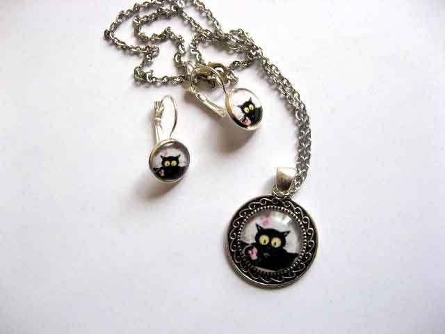 #Bijuterii #set #pisica #neagra cu #ochi #galbeni, set bijuterii #femei 29595. #Articol #lucrat #manual pentru femei cu un model de pisica neagra cu ochi galbeni si #ornamente #roz http://handmade.luxdesign28.ro/produs/bijuterii-set-pisica-neagra-cu-ochi-galbeni-set-bijuterii-femei-29595/
