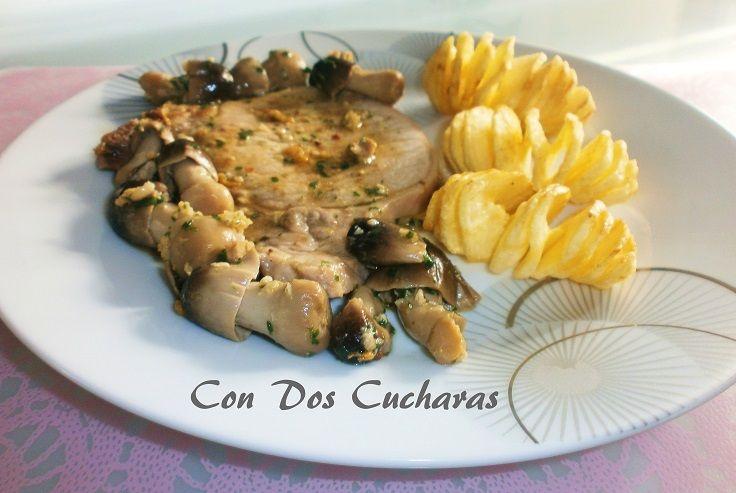 Recetas de chuletas de cerdo al garan masala con setas negrillas salteadas | ConDosCucharas.com