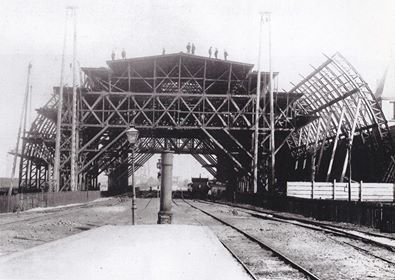 Amsterdam, Bouw van de eerste overkapping van het Centraal Station 1880 Opening 15 oktober 1889.