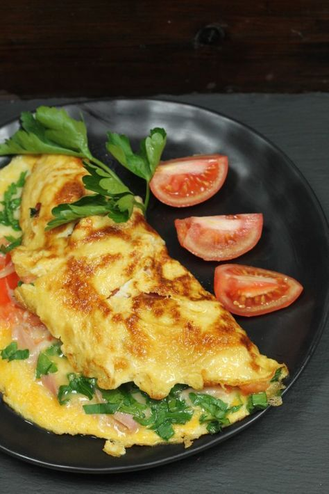 Omelette mit Schinken, Käse und Tomaten