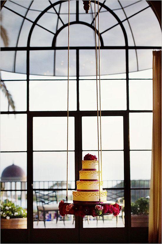 Você não pode nunca ter visto um bolo de suspensão antes, mas este seu tiered forma e fita-like, textura frisado é familiar da melhor maneira possível.  Photo by Chenin Boutwell via Chicks casamento