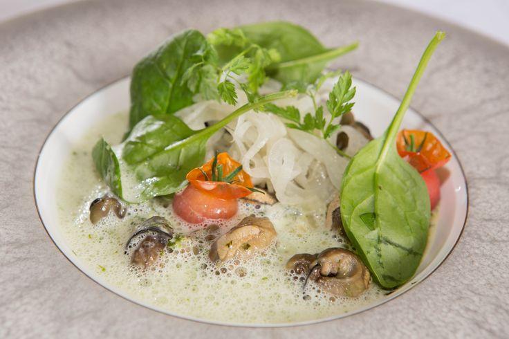 """Slow Escargots, """" in kruidenboter gegaard"""", met pompoenrisotto, tomaat, venkel,  jonge spinazie en schuim van witte wijn"""