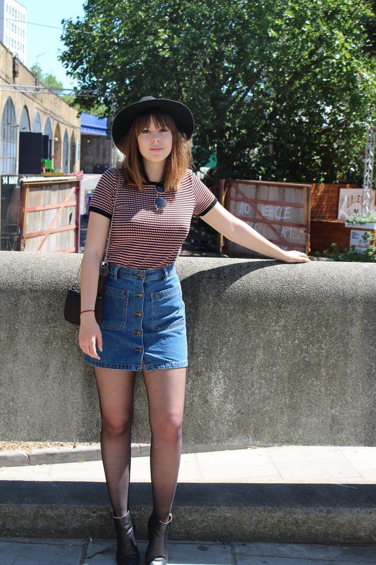 A Nicole  Freitas escolheu para passear por Southbank , em Londres .Ela usou uma camisetinha  de tricô , saia jeans de cintura alta e completou com botas pretas de salto médio clássicas (peça super coringa do seu  armário ) bolsinha lateral , óculos escuros e um chapéu.