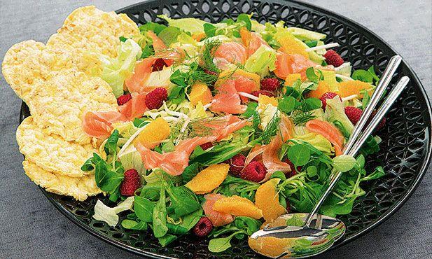 Salada de salmão. Fácil e rápida, esta receita de salmão é a forma perfeita para uma refeição saudável.