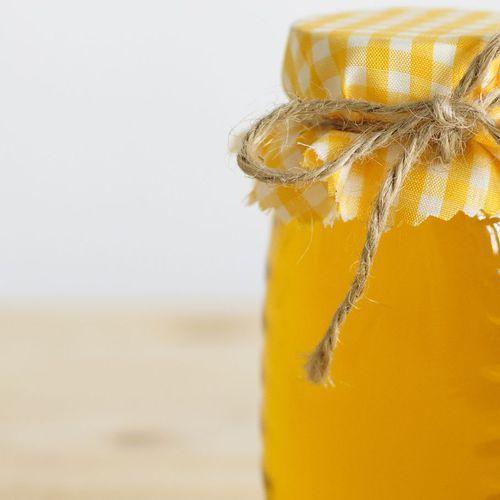 Beauté : nos 3 meilleures recettes de masques pour les cheveux avec du miel.