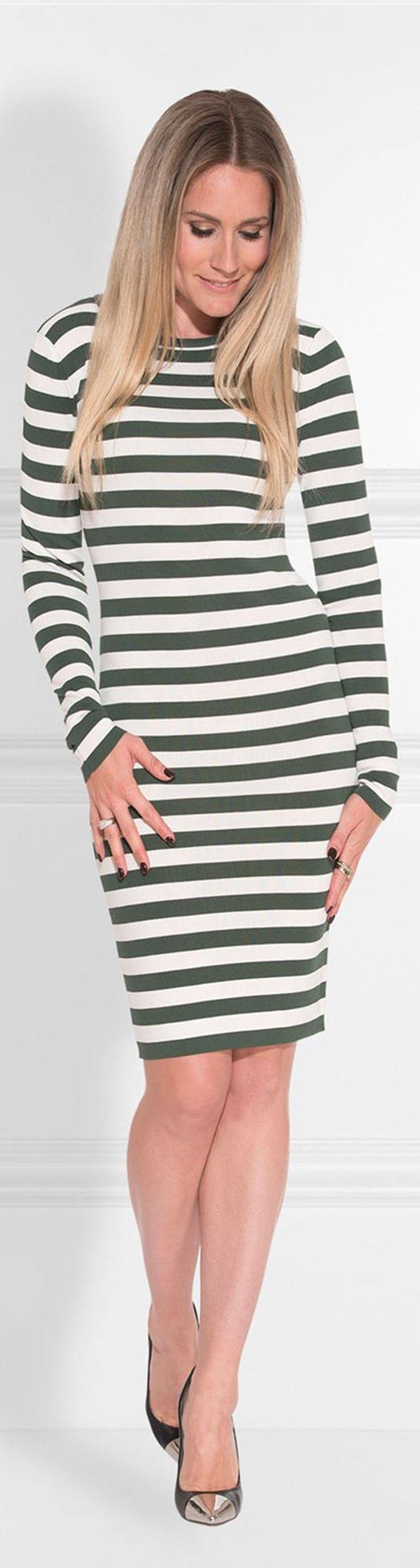 Nikkie korte jurk Jolie. Deze jurk met streep dessin heeft een ronde hals en lange mouwen.
