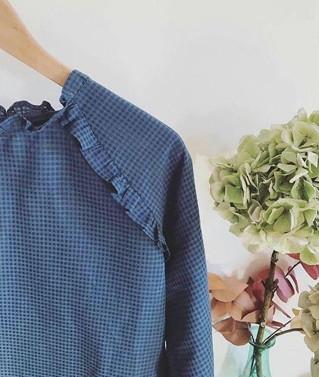 Vous avez vu cette petite blouse Stockholm modifiée ? Elle est en effet parfaite .. félicitations @un_jolimonde ( et bien sûr @petites_choses__ pour les explications) Vous pouvez retrouver notre voile de coton carreau bleu à 10 euro sur le site dans la rubrique coton ... #franceduvalstalla #atelierscammit
