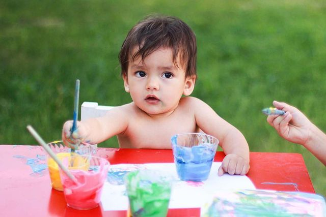 ¿Cómo hacer pintura segura para los bebés? Receta de pintura de yogur segura para bebés y niños pequeños que se ponen todo en la boca. Sólo 2 ingredientes.