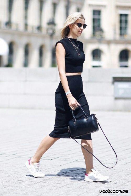 Мерил Денис (топ,юбка и ожерелье NA-KD;обувь Adidas;сумка Agnes B)
