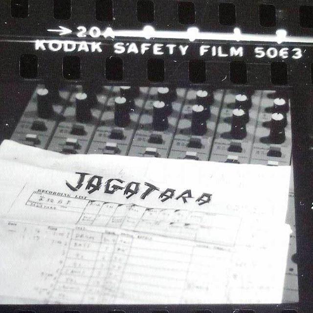 . 1990年1月27日、江戸アケミ 自宅浴室で溺死。今日は命日。大先輩の 松原 研二 カメラマンと、偶然は必然(?)だったりする出会い。松原さんは江戸アケミのバンド〝じゃがたら〟専属カメラマン。画像は以前ご自宅で見せてもらった、当時のベタ焼き。  #じゃがたら#江戸アケミ#松原研二#命日##JAGATARA#日本のロック#お前はお前のロックをやれ#やっぱ自分の踊り方で踊ればいいんだよ#ナンのこっちゃい  #コダック#KODAK#KODAKFILM#KODAKSAFETYFILM5063#TRI-XPan#トライX#モノクロフィルム#Monochrome#BlackAndWhite#白黒写真#ベタ焼き#コンタクトプリント#ContactPrint