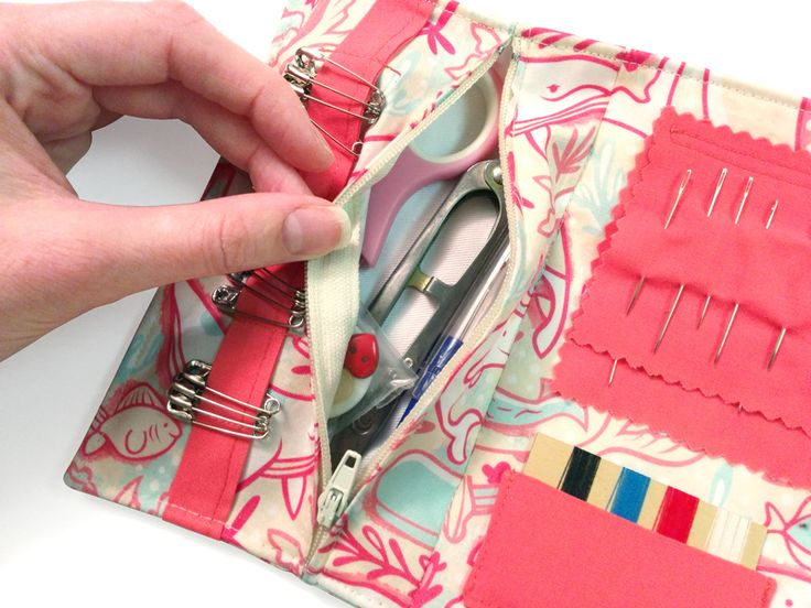 A great handmade gift for your crafty friend, a Travel Sewing Kit! Make one with this free pattern and tutorial from Sew Mama Sew.